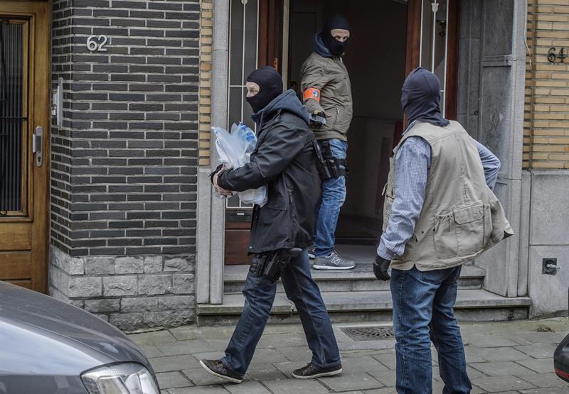 Sigue la búsqueda del tercer atacante suicida en Bélgica.