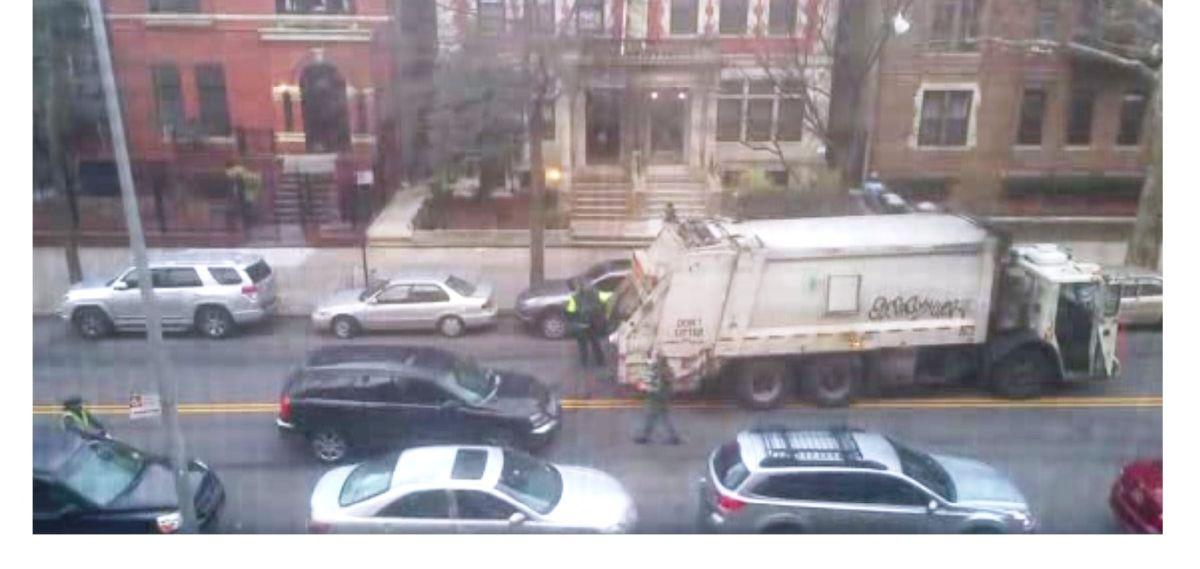 Los transeúntes reaccionaron sorprendidos ante incidente. Captura de video Daily News.