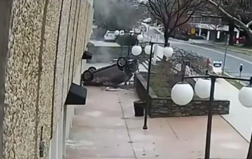 Imágenes muestran al automóvil cayendo sobre el asfalto.