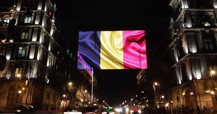 En la imagen, luces Led dan vida a la bandera de Bélgica en la CdMx.
