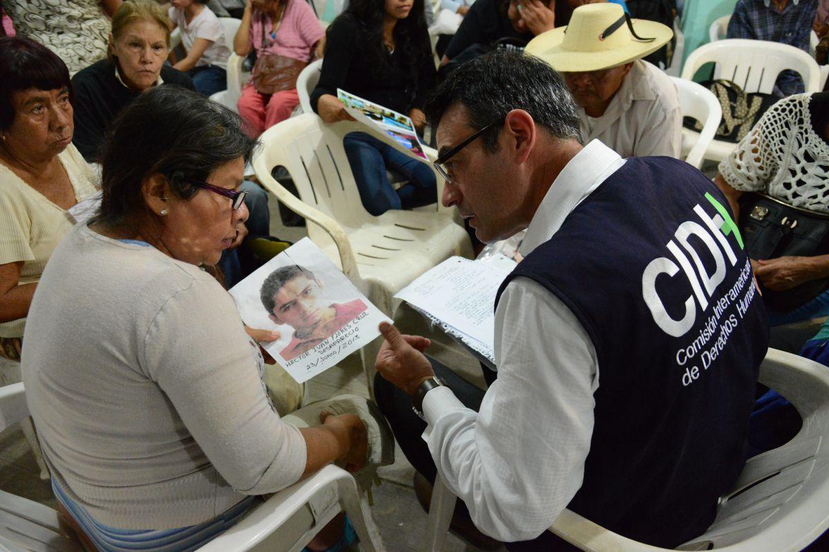 CIDH con familiares de desaparecidos unidos en Los Otros Desaparecidos de Iguala, tomando testimonio.