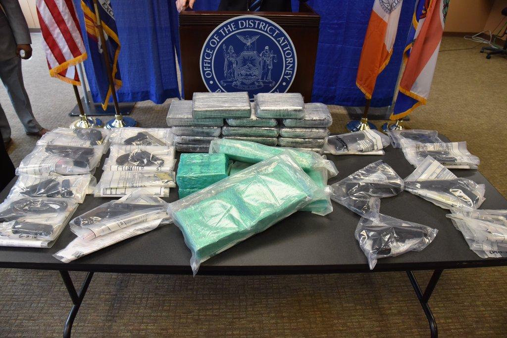 Autoridades incautaron 15 pistolas, 12  cuchillos y cientos de cartuchos de munición, además de varios kilos de diferentes drogas.