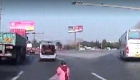 Menor sale disparado de baúl de camioneta y sus padres ni cuenta se dan…(video)