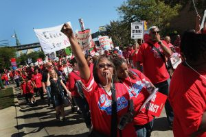 Luchan por una junta escolar elegida en Chicago