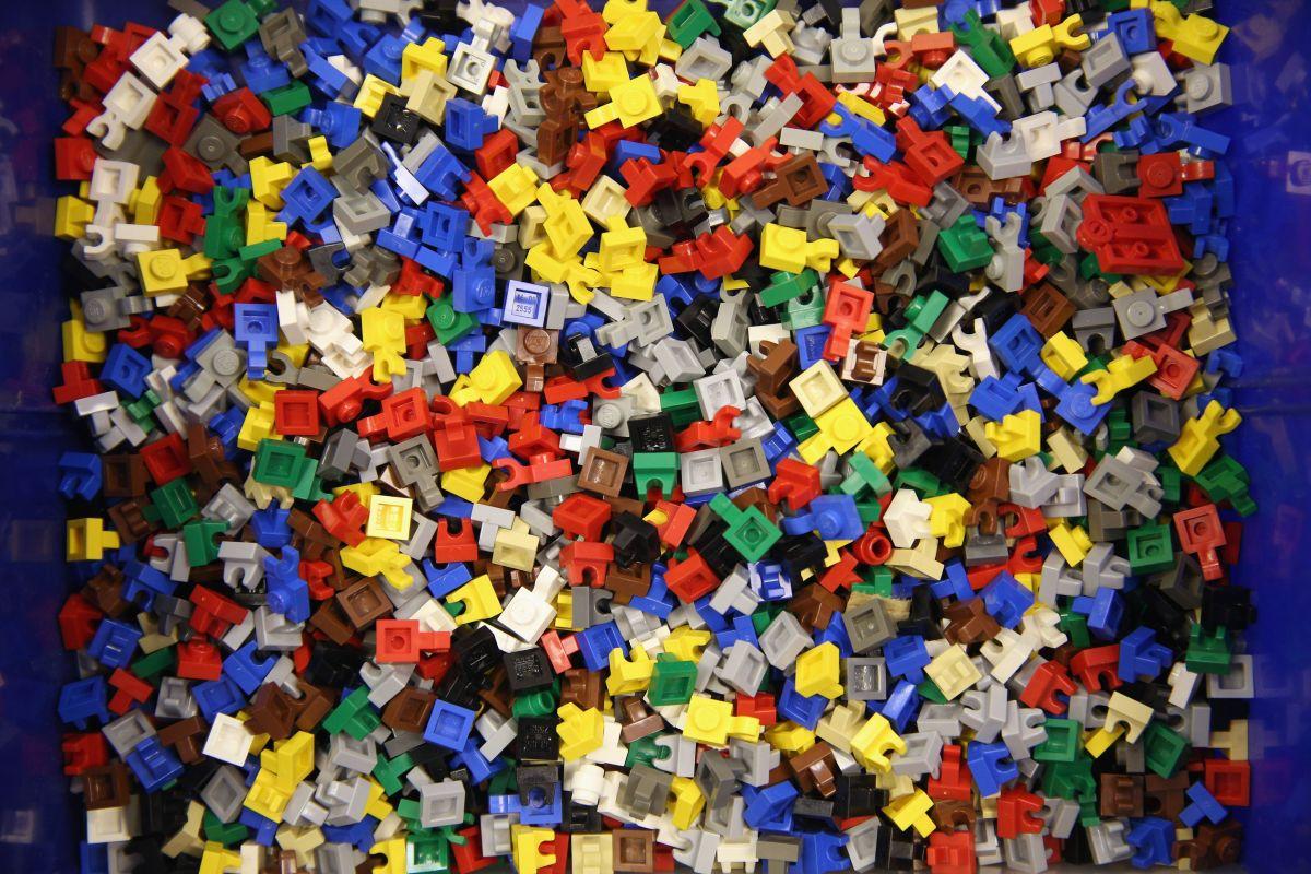Según la Policía, el padre obligaba a su hijo a arrodillarse sobre piezas de Lego hasta que comenzara a sangrar.