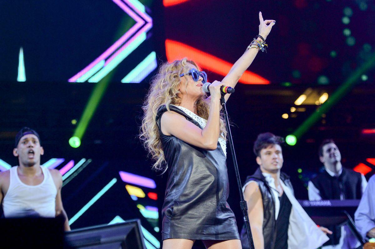Paulina Rubio lució barriguita durante un concierto en Miami.