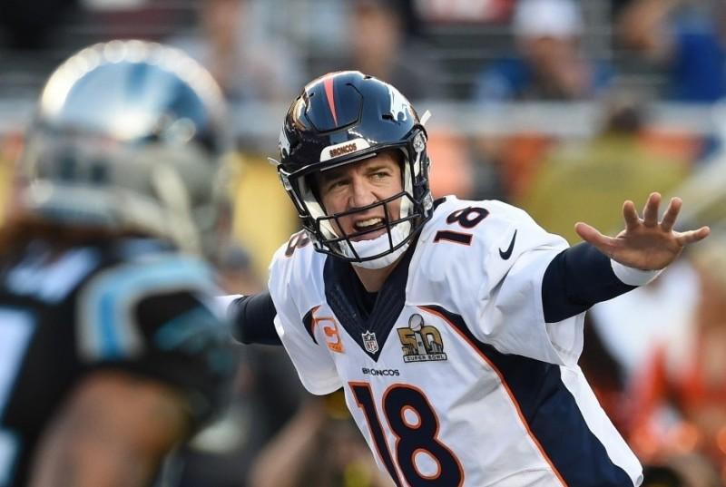 Peyton Manning y su más típica estampa: ajustando sobre la línea de golpeo antes de la jugada. Su carrera en la NFL ha terminado.