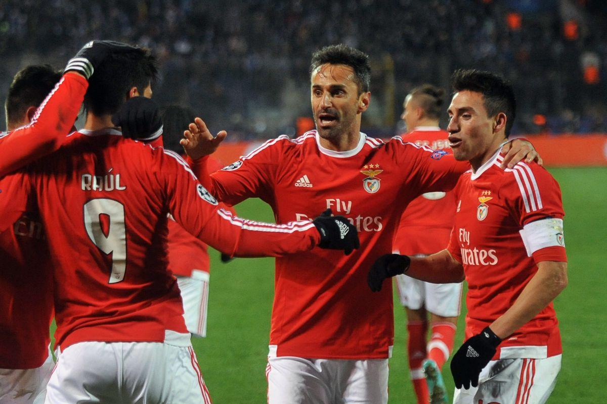Raúl Jiménez ayuda al Benfica a pasar a cuartos de la Champions League