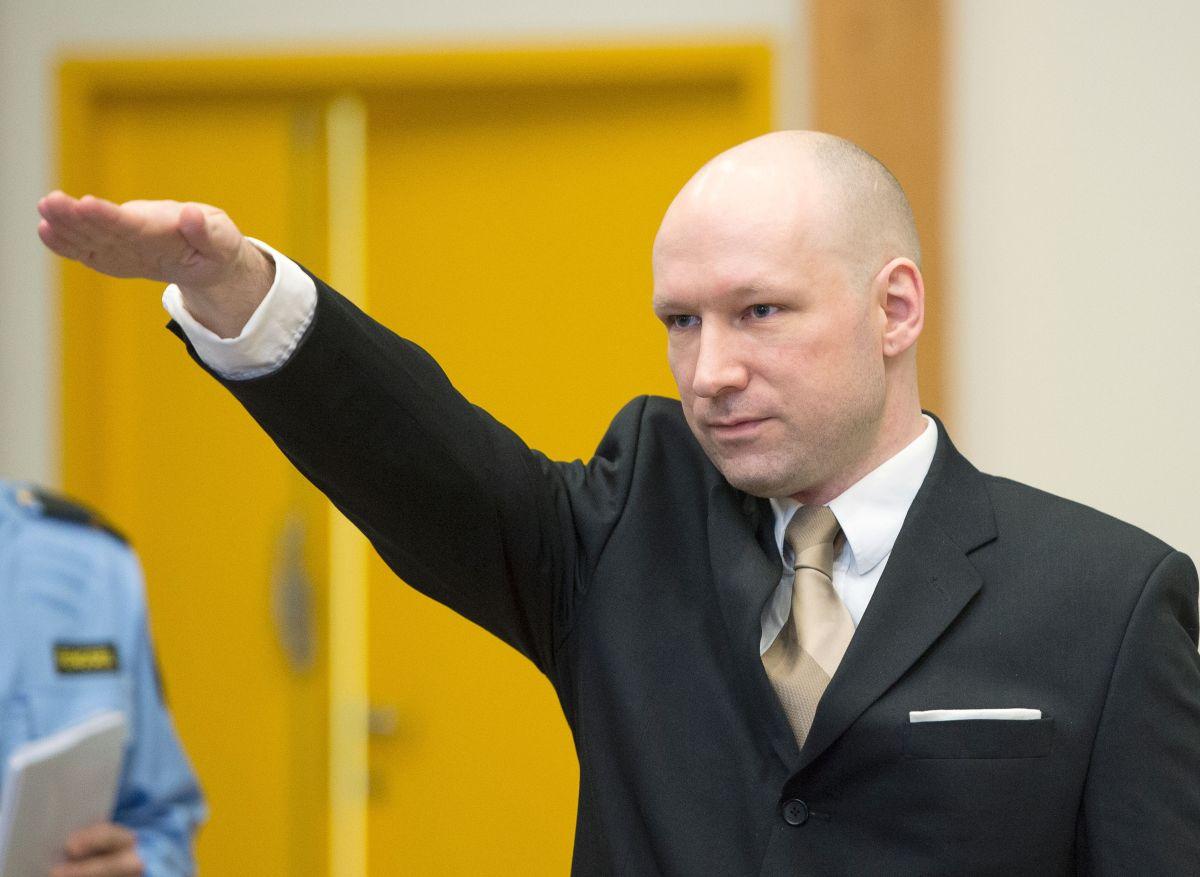 Anders Breivik hace un saludo nazi a su llegada a la audiencia donde demandó al Estado de Noruega por violar sus derechos fundamentales.