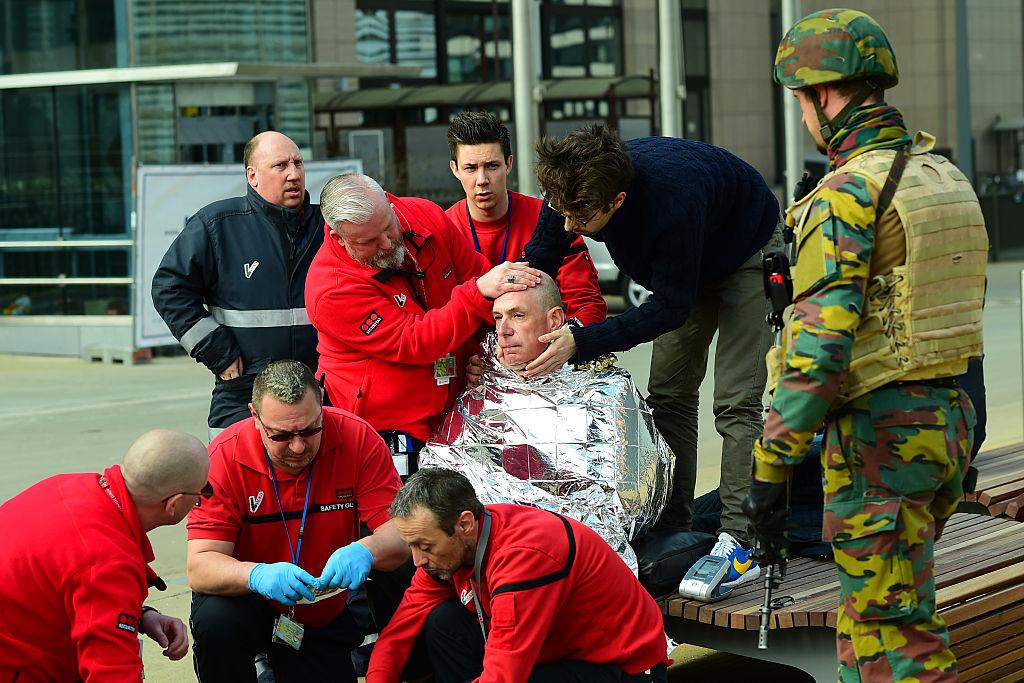 Víctima recibe primeros auxilios de rescatistas cerca de la estación del metro de Maalbeek en Bruselas.