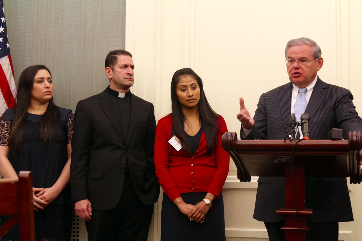 """Rodeado de activistas a favor de los alivios migratorios, el senador demócrata por Nueva Jersey, Bob Menéndez, acusa a los republicanos del Congreso de querer """"engañar"""" al Tribunal Supremo."""