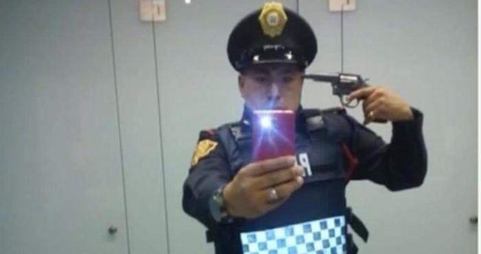 México: Investigan selfie de policía apuntándose a la cabeza con una pistola