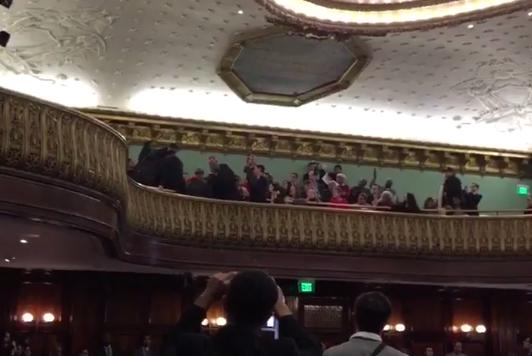 Varios de los asistentes protestaron en contra del Plan de Vivienda Asequible impulsado por el alcalde Bill de Blasio.