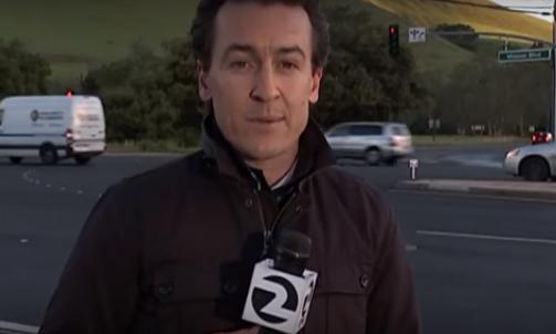 Reportero transmitía en vivo cuando casi lo atropellan…(videos)