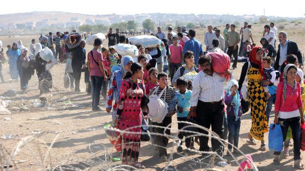Refugiados sirios huyen hacia Turquía para escapar del autodenominado Estado Islámico.