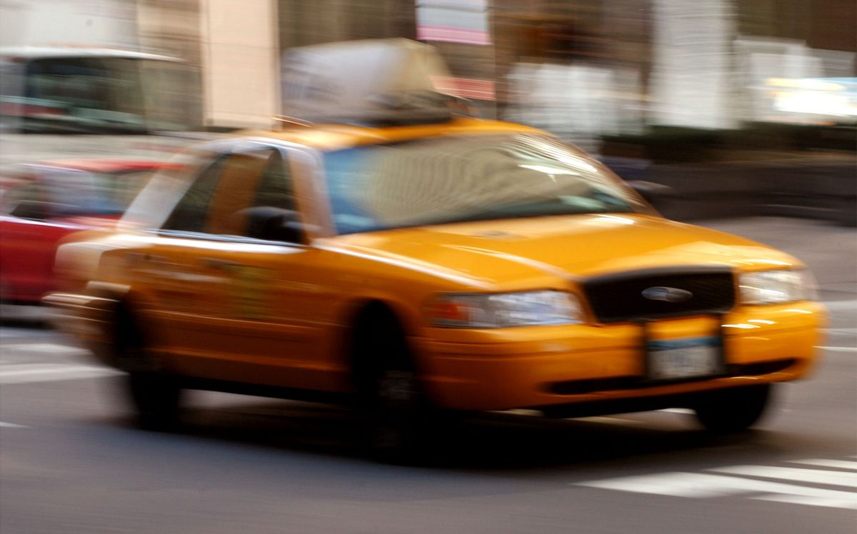 Muere ciclista hispano atropellado por taxi en Midtown