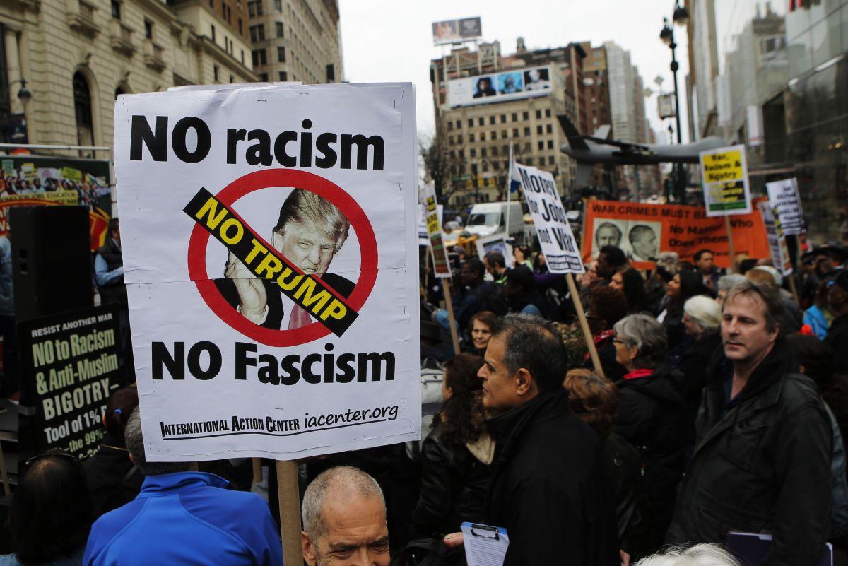 Personas protestan contra el precandidato republicano a la presidencia Donald Trump.