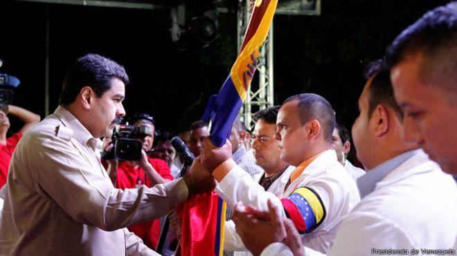 El presidente de Venezuela, Nicolás Maduro, despide a un grupo de médicos venezolanos que iban a entrenarse en Cuba para luego trabajar en África.