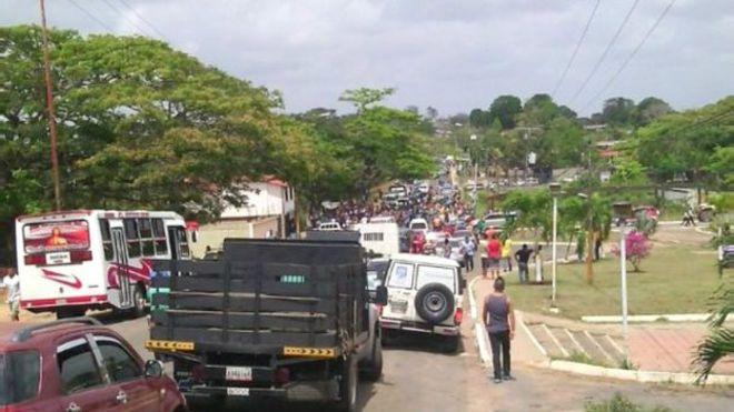 Los familiares de los desaparecidos llevan tres días protestando en la carretera que conecta al país con el sur de Bolívar y Brasil.