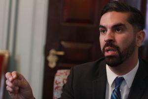 El Concejo Municipal pierde una voz hispana: renuncia Rafael Espinal