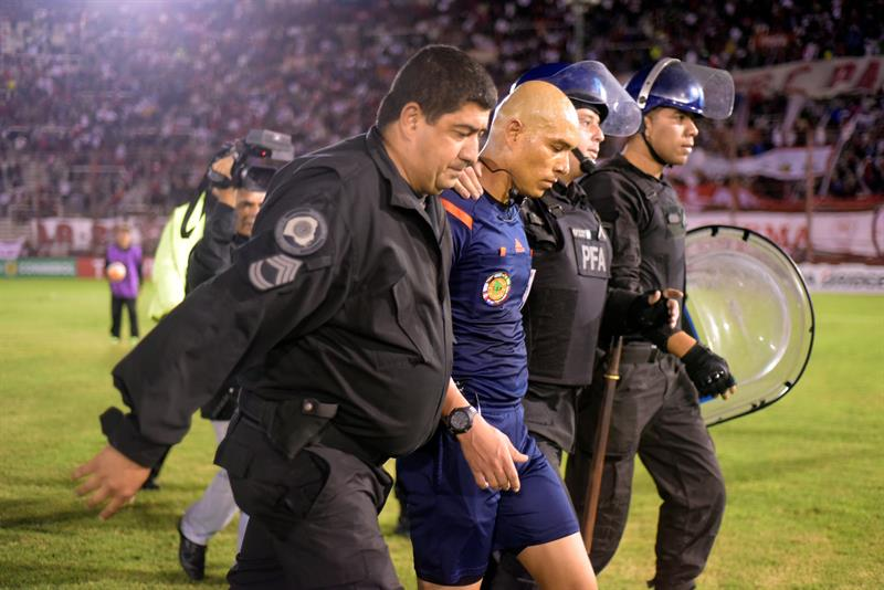 El juez anuló dos goles en el último minuto y Huracán-Peñarol terminó en un escándalo