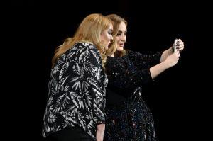 Video: Adele conoce a su doble en mitad de un concierto