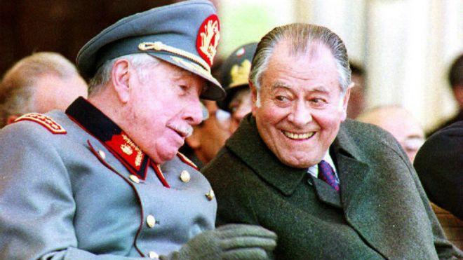 Patricio Aylwin junto a Augusto Pinochet quien continuó como comandante en jefe del Ejército durante el mandato de Aylwin.