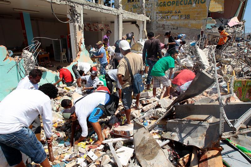 Aumenta a 480 el número de muertos por terremoto en Ecuador