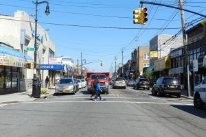 Anciana murió doblemente arrollada por bus MTA y auto en Queens; un ciclista también en noche de caos vial en Nueva York
