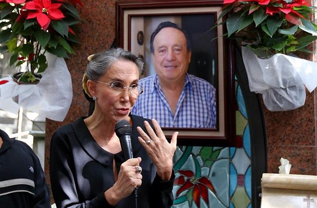 La actriz Florinda Meza desmintió lo dicho por Rodrigo González, quien aseveró que ella mandaba quitar todos los objetos que los fans colocaban en la tumba de Chespirito.