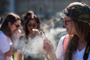 Estudiantes de secundaria en NYC fuman menos marihuana que en el resto del país
