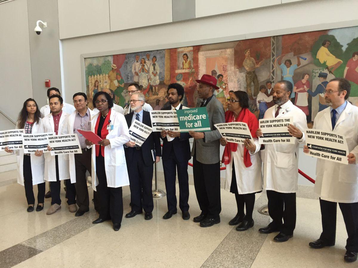 Médicos, enfermeras, profesionales de salud y oficiales electos reunidos en el Harlem Hospital Center.