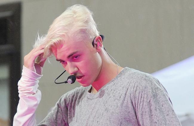 Mira la caída que sufrió Justin Bieber en pleno show (VIDEO)