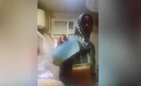 Cachan a empleada doméstica echando algo asqueroso en este jugo… (video)