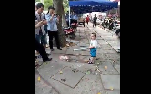 Un agente se acercó al niño para calmarlo.