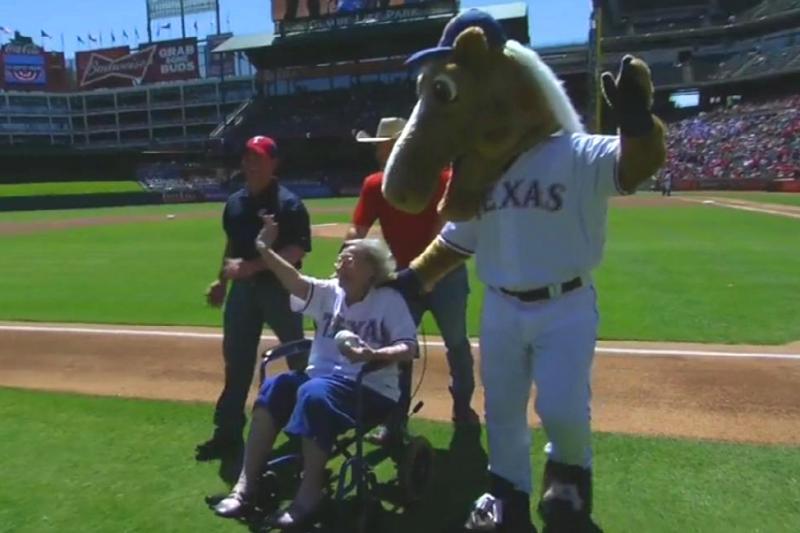 Video: Mujer de 105 años se roba el 'show' con los Rangers