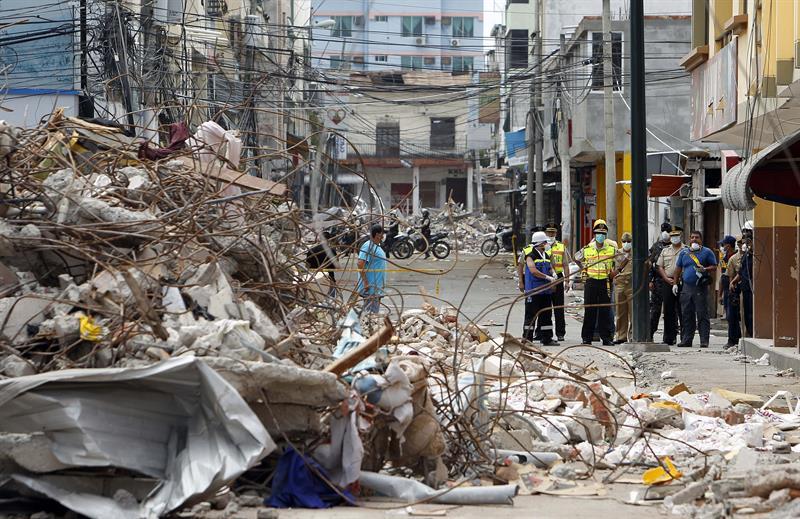 Sube a 655 la cifra de muertos por terremoto en Ecuador