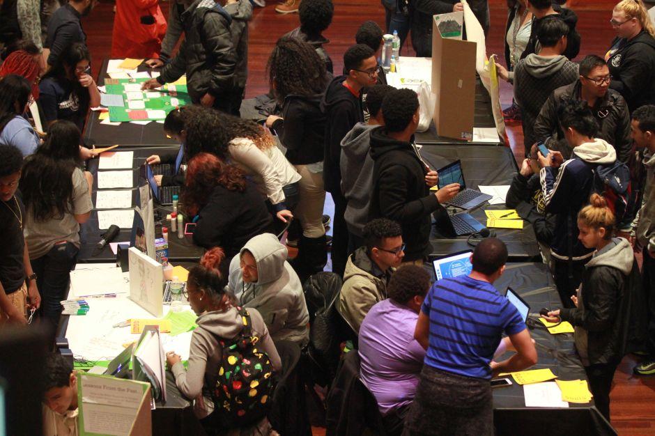 Universitarios de Nueva York se gradúan agobiados con más de $30 mil en deudas