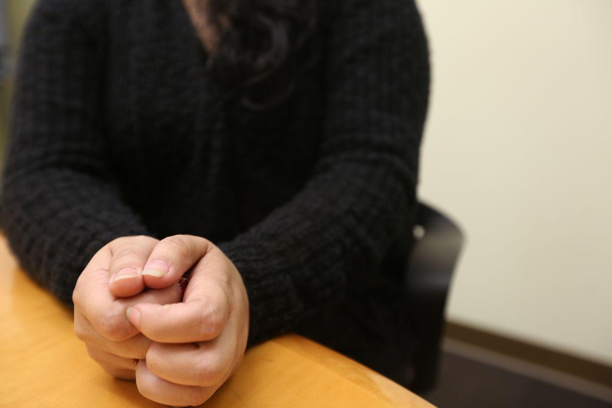 Olivia, victima de violencia domestica, habla de su experiencia y la ayuda para conseguir su visa. Photo Credito Mariela Lombard/El Diario NY.