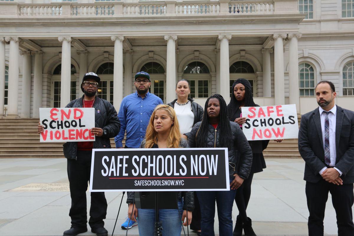 Yvonne Guillen, Madre, habla en una conferencia de prensa en City Hall para que las escuelas sean mas seguras. Photo Credito Mariela Lombard/El Diario NY.