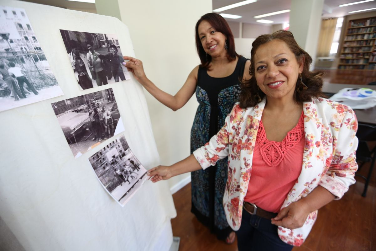 Marta Morales (remera rosada y jacket de flores) con Millie Alvarez decoran con antiguas fotos una maqueta que presentarán en el Festival Losaida.