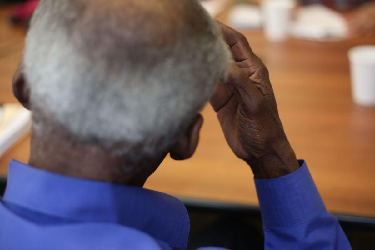 Envejeciente de 82 años  habla con El Diario sobre la ayuda que recibio a travez de una trabajdora social en JASA.  Anciano era abusado por su hija. Photo Credito Mariela Lombard/El Diario NY.