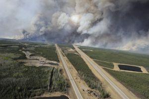 Canadá evacúa a miles por incendio forestal incontrolable (fotos y videos)