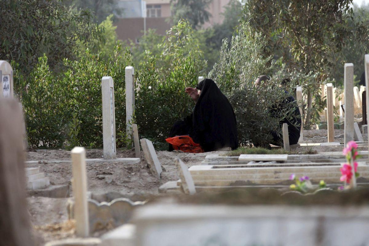 El grupo terrorista Estado Islámico lapidó hoy hasta la muerte a una mujer y a 20 jóvenes varones en la ciudad de Mosul.