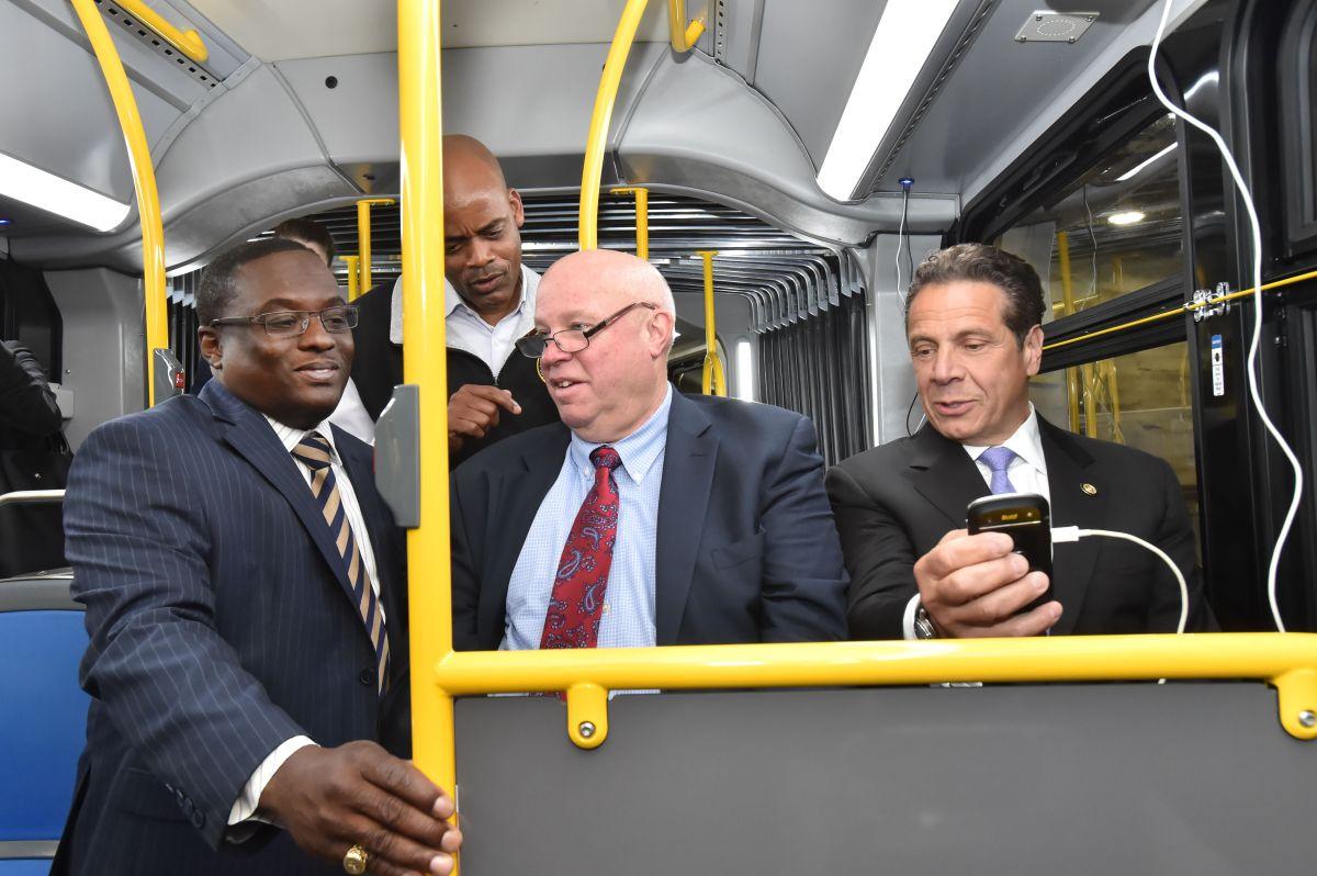 El Gobernador Andrew M. Cuomo junto a Tom Pendergast, presidente del departamento de transporte, probando los nuevos autobuses que ofrecerán servicio de Wi-Fi y puntos de carga con USB.