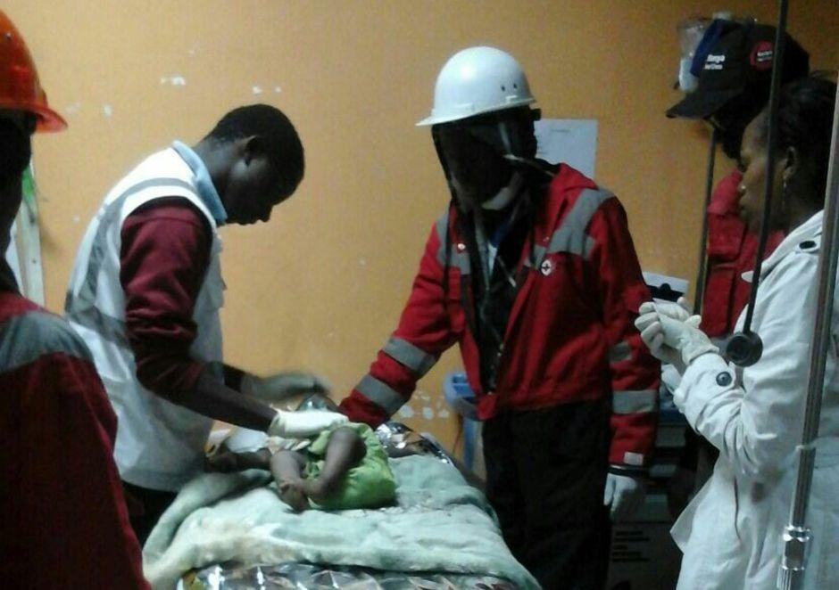 Rescatan a un bebé tras 80 horas bajo los escombros en Kenia