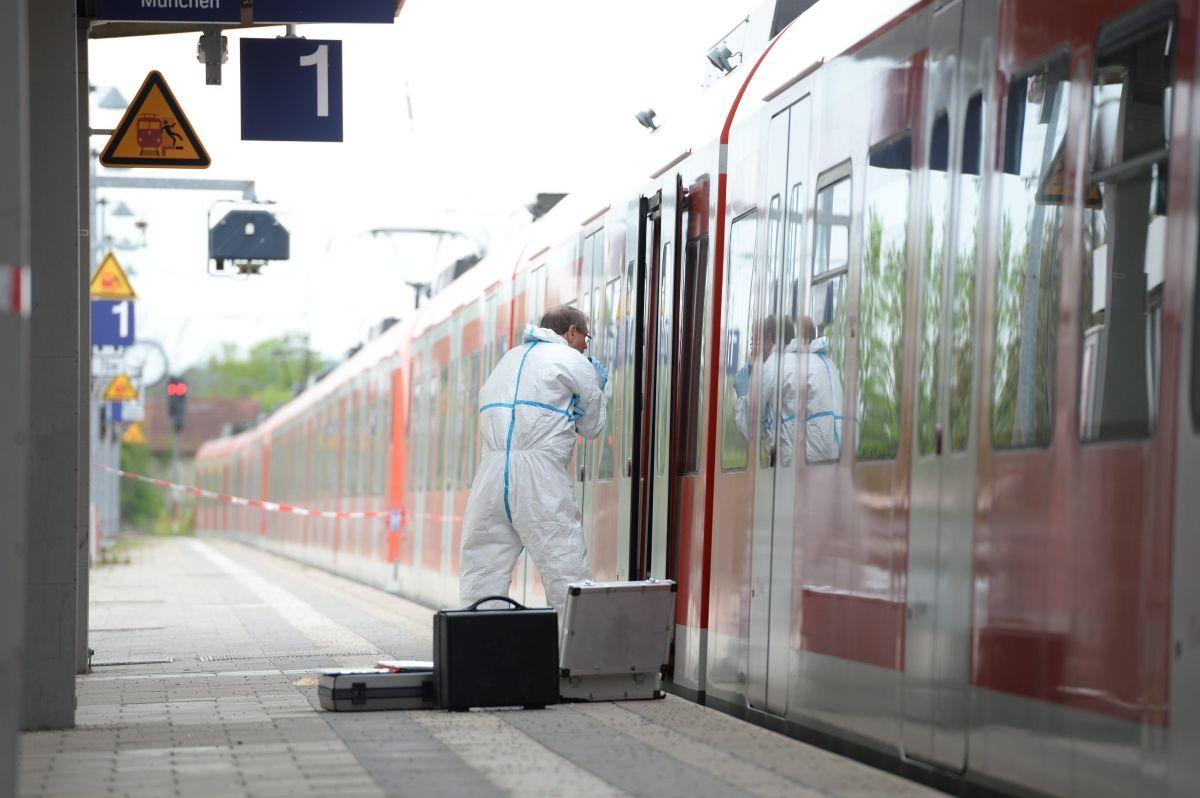 Un investigador forense inspecciona un vagón de tren en la estación de Grafing cerca de Múnich, donde se cometió el crimen.