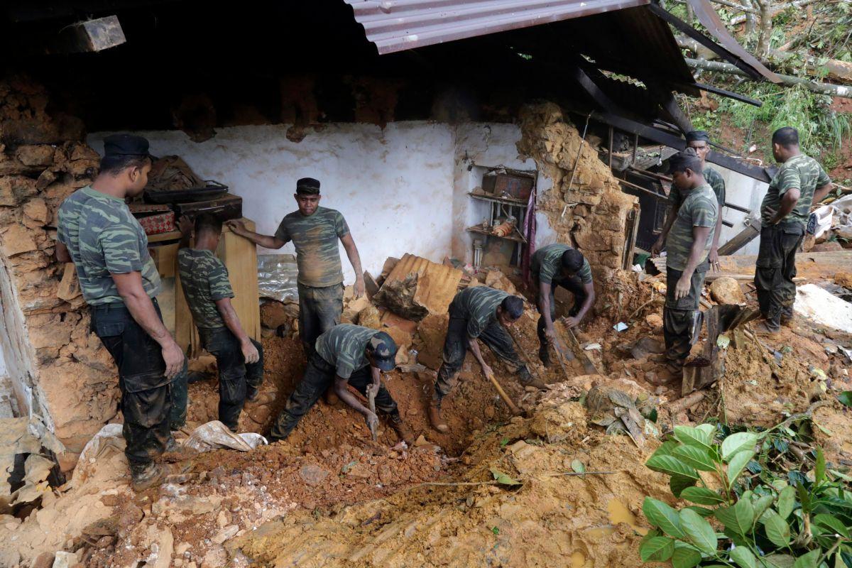 Miembros de las Fuerzas Armadas de Sri Lanka participan en las labores de rescate tras los deslizamientos de tierra tras las fuertes lluvias en Bulathkohupitiya, Sri Lanka.