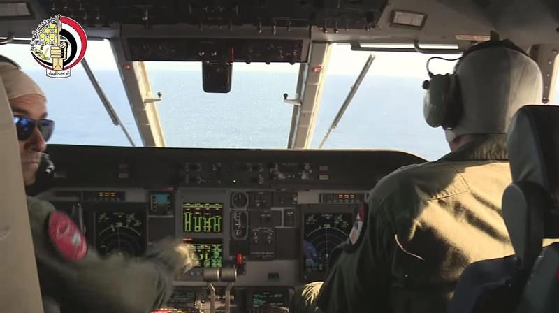 Pilotos de un avión de las Fuerzas Armadas de Egipto durante las operaciones de búsqueda del restos del avión de Egyptair.