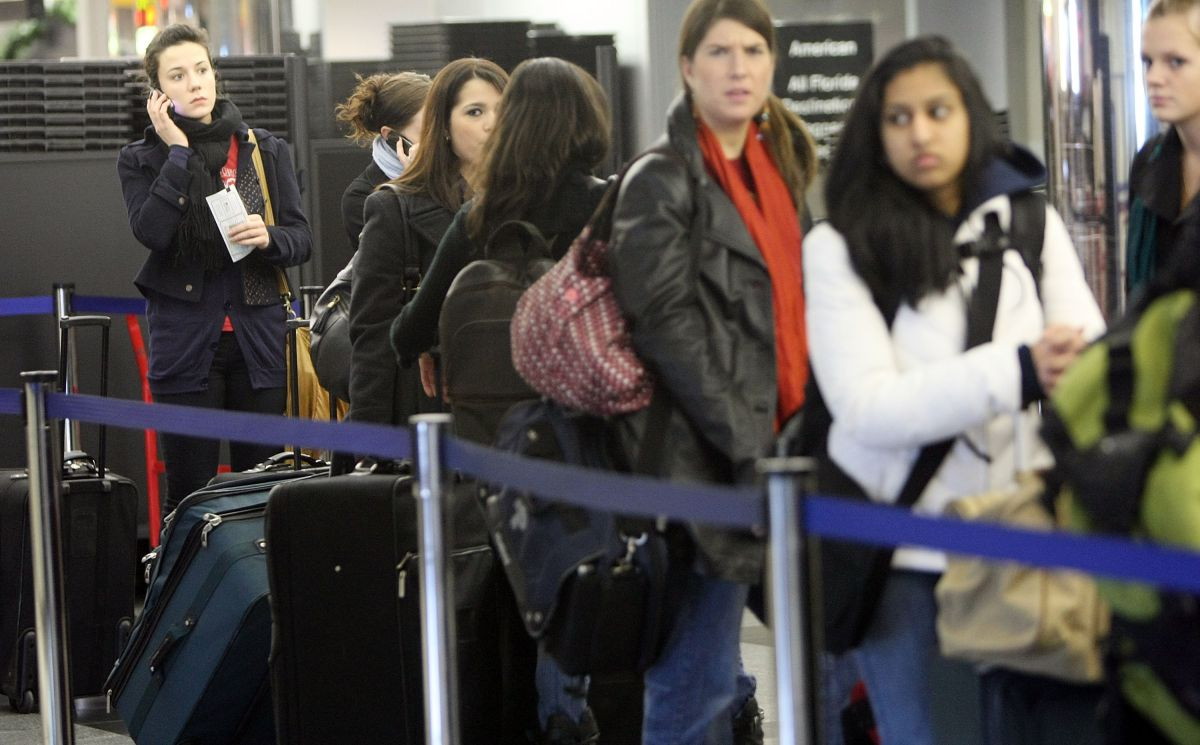 La TSA invita a los viajeros a llevar menos equipaje de mano para facilitar el proceso